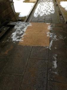 狭野神社の手水舎前が凍っていた