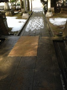 狭野神社の手水舎前が凍っていたので取り除いた