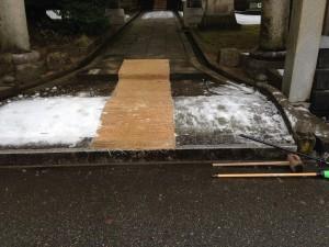 狭野神社の参道入口が凍っていたので取り除いた