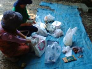 2015年5月30日越木岩神社禊カフェ女性は納札所の掃除