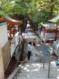 2015年5月30日越木岩神社禊カフェ女性は参道の掃除